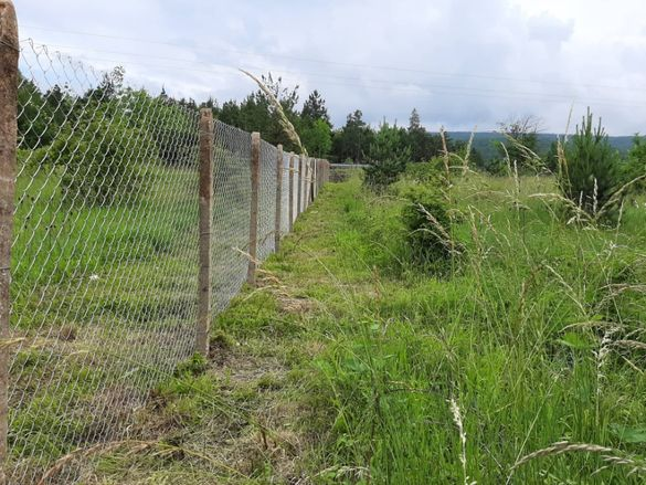 Изграждане на огради с циментови колове и оградна мрежа