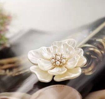 Broșă florală