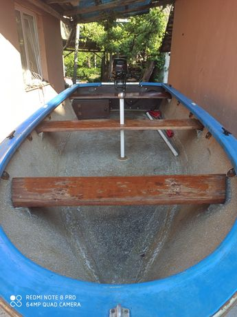 Barca cu motor și peridoc