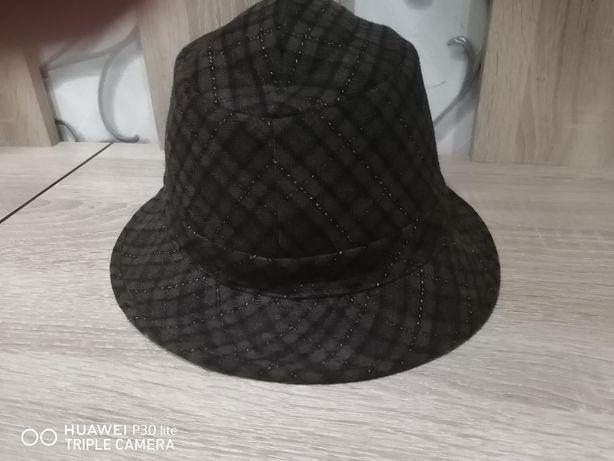 Модная фирменная шляпа