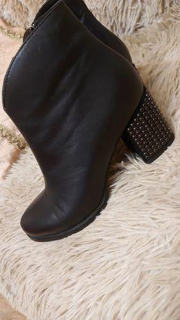 Ботинки демисезонные кожаные с декорированным каблуком