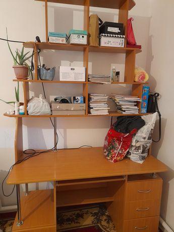 Продаётся компьютерный стол, сверху книжная полка