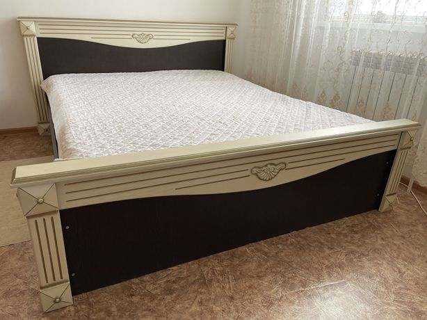 Кровать двуспальная  + 2 тумбы дерево
