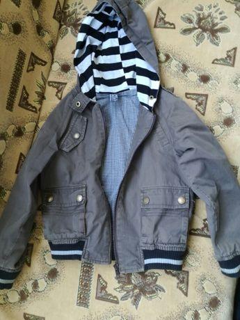 Продам легкую куртку детскую.