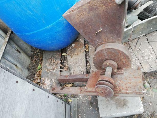 Зернодробилка, дробилка для корма. Измельчитель.