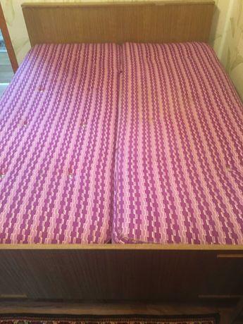 Кровать двухспальная и две прикроватные тумбочки