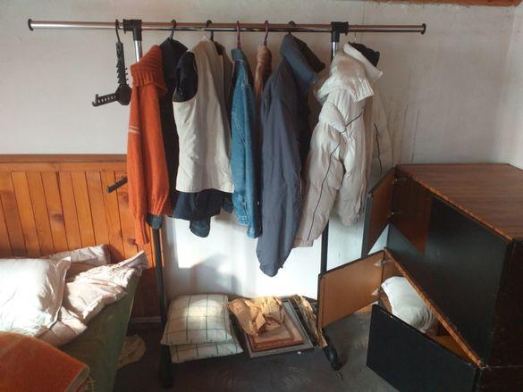 Много стабилна и лесна за ползване закачалка за дрехи на колелца
