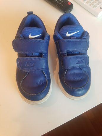 Adidași Nike albaștrii.