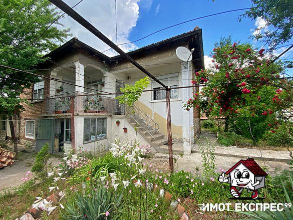 Къща с двор, РЗП 154м2, парцел 745м2, с.Златовръх