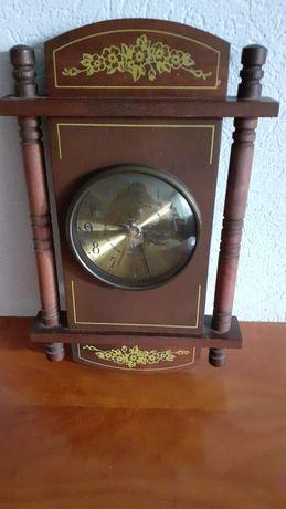 Часы, на батарейках в деревянной оправе.