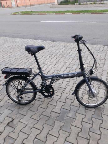 Vînd bicicletă electrica pliabilă cu roți de 20 inchi.