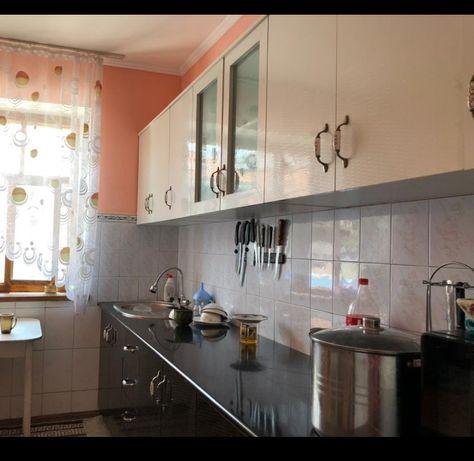 Продается кухонный гарнитур. 3 метра.Материал акрил.Столешница цельная