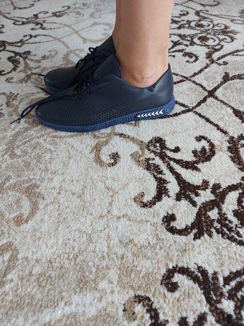 Продам мужские кроссовки
