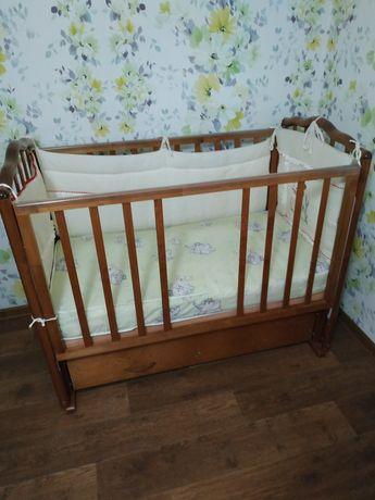 Деревянная детская кроватка б/у.