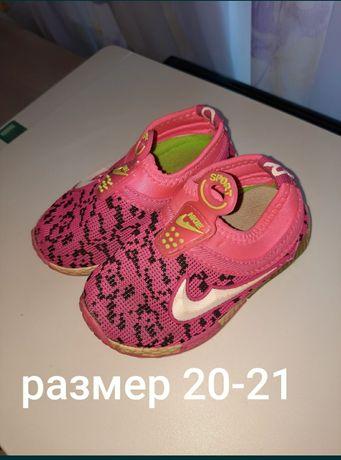 Продаются кроссовки, сандали