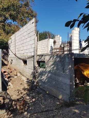Vând teren cu o fundație turnată