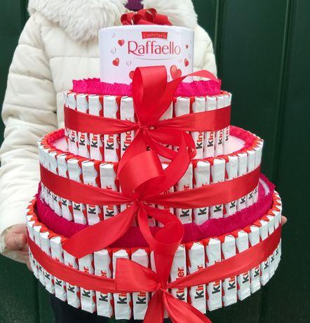 Подарок из конфет и цветов. Доставка цветов и шаров