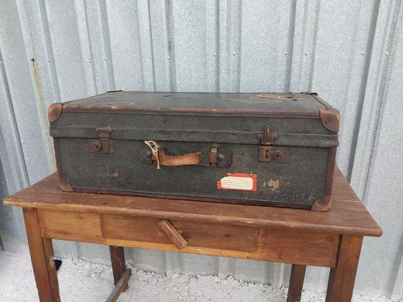 Стар пътнически куфар от началото на миналия век с лепенки от кораби