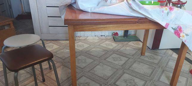 Продам столы кухонные и стулья б/у