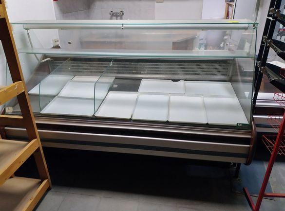 Хладилна витрина и плот