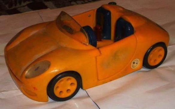Голяма жълта кола кабрио