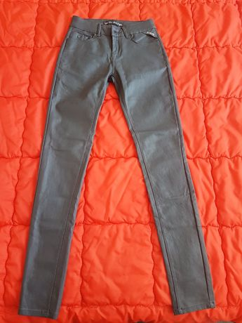 Продавам нов дамски кожен панталон