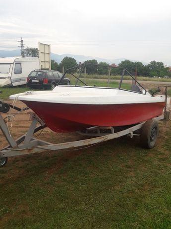 Лодка с колесар и двигател