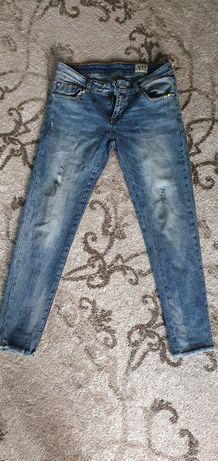Продам джинсы р-р 25-27