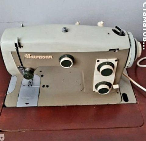 Шевна машинаНауман и крачета за шевни машини ,кутия за шевни аксесоари
