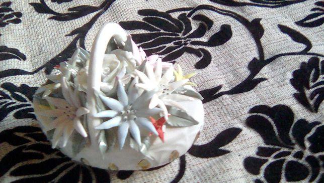 Bibelou, cos cu flori, confectionat din portelan.