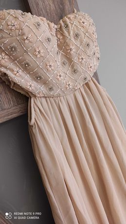 Официална рокля без презрамки.