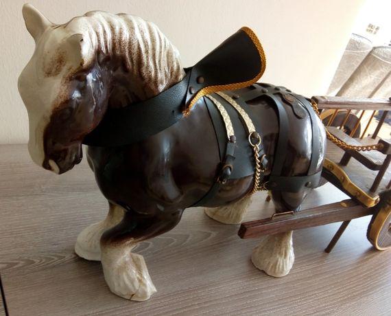Уникален ОГРОМЕН Порцеланов кон с дървена Двуколка