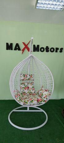 Люлка метална,Ратанова оплетка в бяло. Възглавници на цветя.  Тип яйце