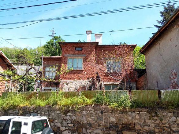 Двуетажна къща в село Брестовица