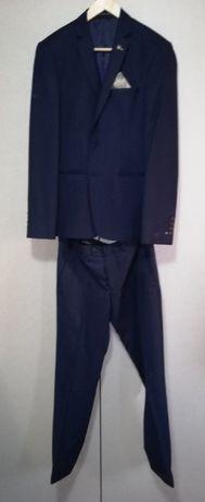 Costum bleumarin si camasa bleu