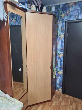 Продам угловой вместительный шкаф