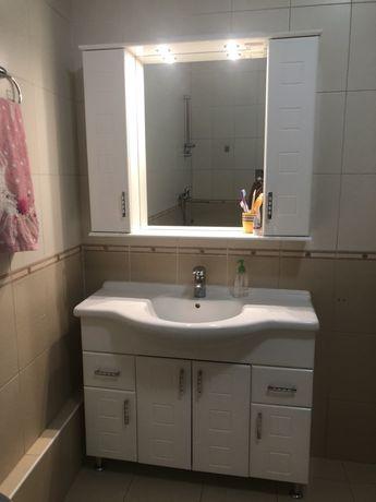Тумбочка с раковиной и навесной шкаф в ванную