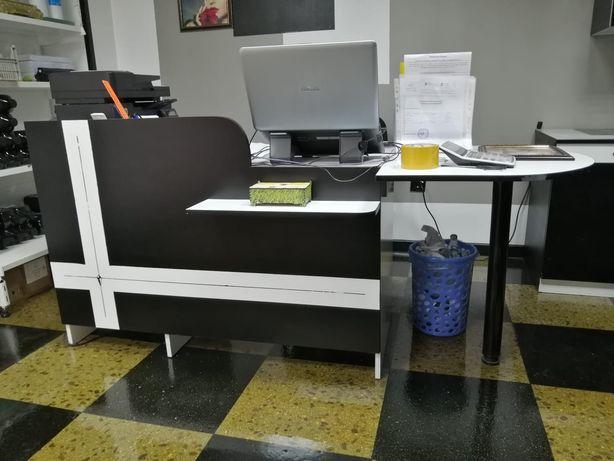 Стол офисный с приставкой на ножке