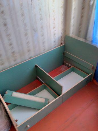Детская кровать с ящиками.