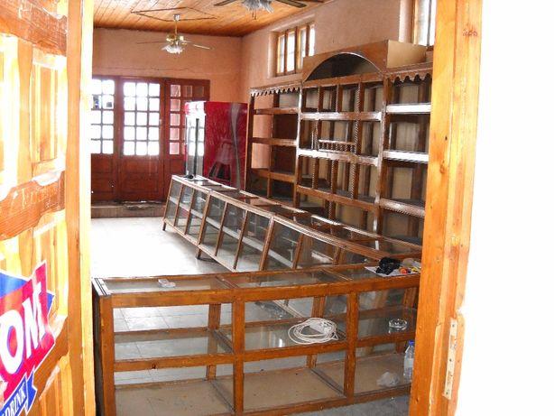 Vitrine si rafturi din lemn pt magazin