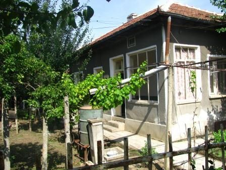 Продава къща с примамлива локация в спокоен и тих квартал в гр. Левски