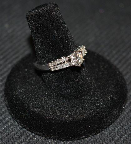 Superb inel de logodna cu briliante, aur alb 18k + 0,60 ct + 0,31 ct