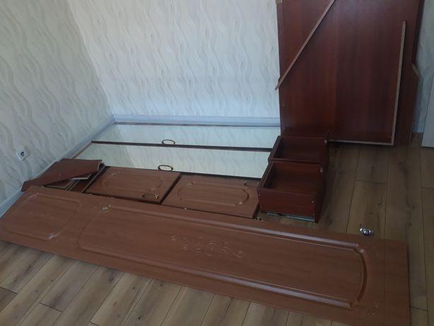 Срочно продам шкаф угловой с двумя дверцами с зеркалом,высота 270