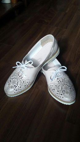 Чисто нови обувки от естествена кожа