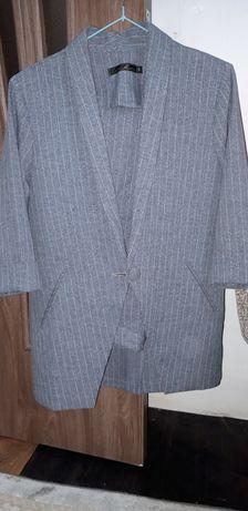 Брючный костюм:пиджак+брюки,цвет серый .В отличном состоянии.Размер 44