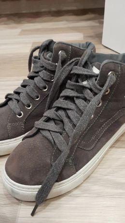 Продаются кроссовки за 2000