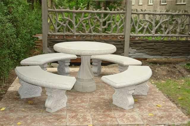Садовая мебель из бетона. Стол и четыре  скамейки.