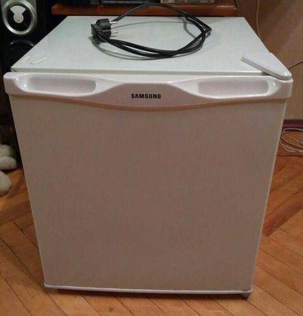 МИНИ холодильник, внутри морозильная камера есть, SAMSUNG для ОФИСА !