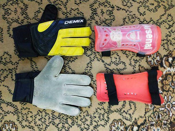 Продам вратарские перчатки Demix в комплекте с щитками Arsenal.