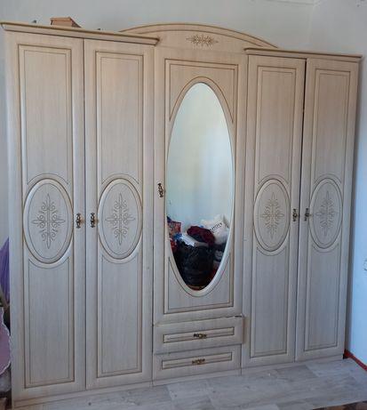 Спальный шкаф сатылады. Казерогымен ұзындығы 2м.23см. Ені 2м.21см.